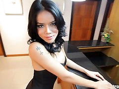 Seksualus Azijos Tgirl pasireiškia didelis gaidys