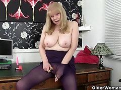 Britų močiutė su dideliais zylės yra kompulsinis masturbator