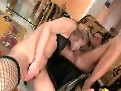 Plaukuota blonde mergina analinis pakliuvom