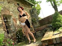 Kinky young lady peeing mom