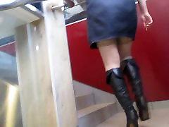Mergina trumpą suknelę ir kojinės iš durų