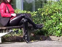 מבריק מכנסי טייץ ועקבים גבוהים