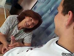 Siuvimo sena močiutė ir berniukas