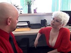 Brutal femdom punheta no escritório de busty MILF