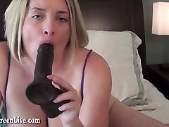 Busty Megija Izpaužas Off Ar Big Black Rotaļlieta!