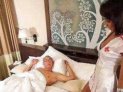 Seksualus slaugytoja shemale ateina didžiulis gaidys