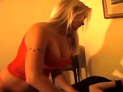 vroča blondinka žgečka vezani boy