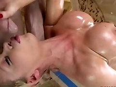 बड़े seachmom masturbion solo तेल से सना हुआ, एक अच्छा blowjob देता है