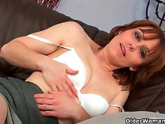 Mature mom works her bokeo barat hot pussy