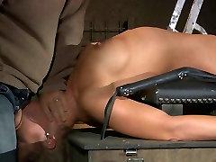 गुलाम बंधा हुआ एक स्तंभ और शारीरिक मार पड़ी है