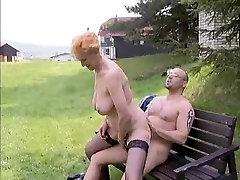 Močiutė Sucks Ir Važiuoja Gaidys Ant Žolės Parke