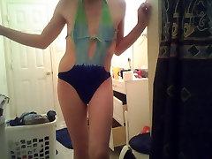 Μια σίσσυ φορώντας ένα μαγιό στην μπανιέρα