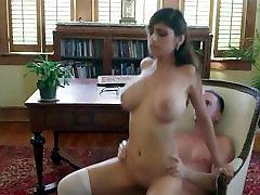 खूबसूरत लड़की के साथ बड़े स्तन