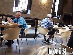 Mofos - Jauna pora fuck, kavinė viešųjų