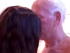 Vana mees ja panty latina tüdruk duši all koos