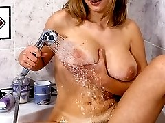 Hairy pussy babe gives her pussy some horny bath