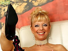 Tall mature babe Marylin toys her tight older pussy.