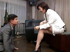 asiatiska foten dominant kvinna röka med cigarett innehavaren