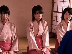 Petite femdom Japonés kimono chicas saltar sobre tio