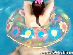 Oriental muñeca sexual follada en la piscina por el propietario