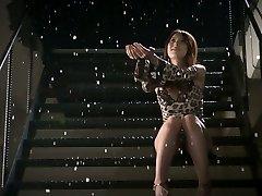 Romantique jap babe Yui Hatano obtient deux petites bites à sucer
