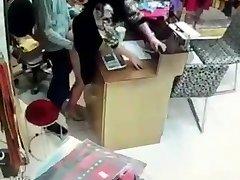 Asiático fuking en la tienda