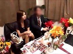 אישה יפנית מקבלת massged בעוד בעלה מחכה