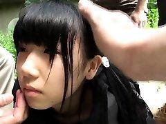 Strano che il gruppo giapponese gioca con squirting adolescente