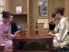 Milf in manche, Mio Okazaki, gode di una scopata selvaggia
