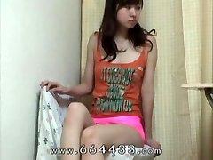 狩りの大腿&cameltoe日本の細い女の子です。