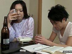 Somnolent, mais horny femme Japonaise veux obtenir sa chatte touffue ramoner