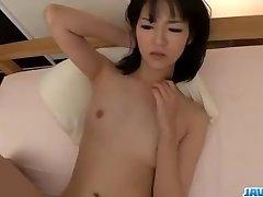 Ruri Okino מנסה הזין בפה שלה ואת הכוס שלה