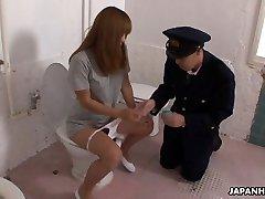מוזר אסיה קצין המשטרה מקבלת הפנים ישב