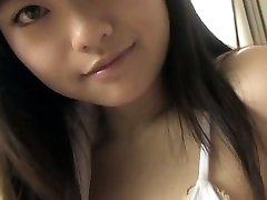 Busty Japāņu hottie pierāda viņas apbur baltā bikini