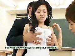 Sora Aoi inocente sexy estudiante japonesa es follada en el salón de clases