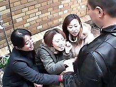 A japán nők kötekedő ember a nyilvános keresztül kézimunka Feliratos