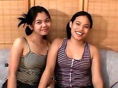 Dve Azijski teens in srečen petelin