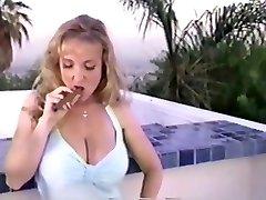 danni ashe het roken van een sigaar