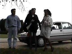 Vintage klipp av Babes nyter blinkende offentlig sex