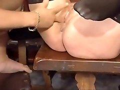 बूढ़ी औरत को काम देता है एक और लड़की खिलौना