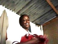 une   jolie kenyaise  suce un touriste