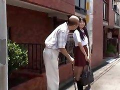 joven japonesa colegiala se deja seducir por hombre viejo en autobús