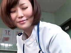 Подзаголовок над ними Японская женщина-врач дает пациенту мастурбирует