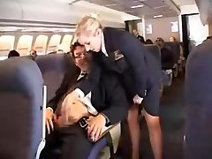 американская стюардесса мастурбирует-часть 1