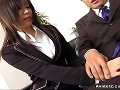 Sexy assistant Satomi Maeno sucks an ugly beefstick