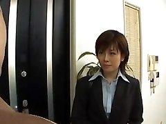 yukino dezbracă costum de birou în timp ce suge