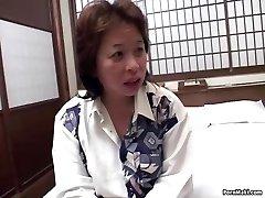 Asiática mãe fica pregado