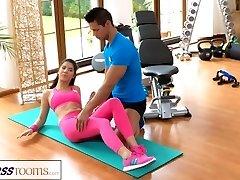 FitnessRooms Ginásio instrutor puxa para baixo de suas calças de yoga para o sexo