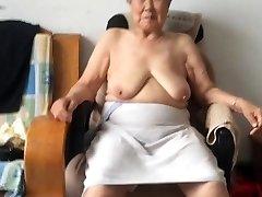 Asiática 80+ Avó Após o banho