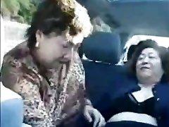 Vovó asiáticos em autocarro